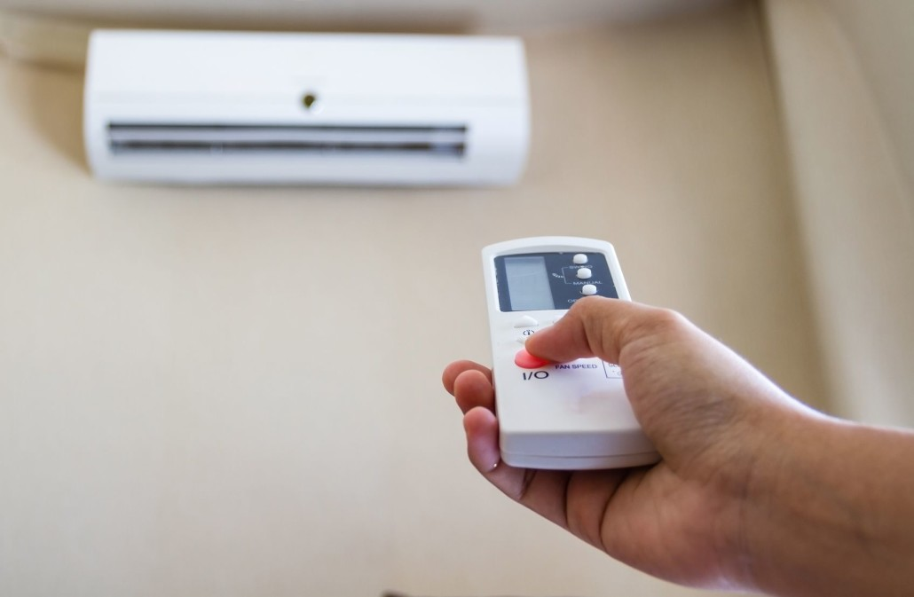 Should or should not turn on the fan when using the air conditioner?