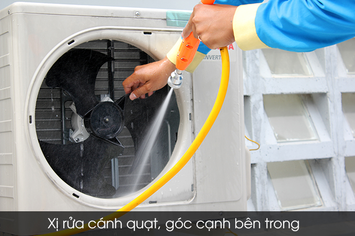 Spray cleaning dirt on the outdoor unit